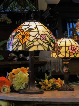 Cheerful Flower Power Tiffany Style Lead-Light Lamp